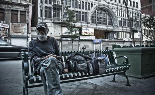 800px-Homeless_man_los_angeles-terabass_539_332_c1